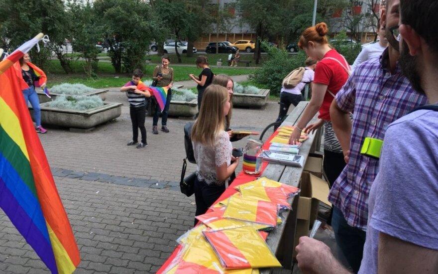 В центре Вильнюса раздали 500 радужных флагов