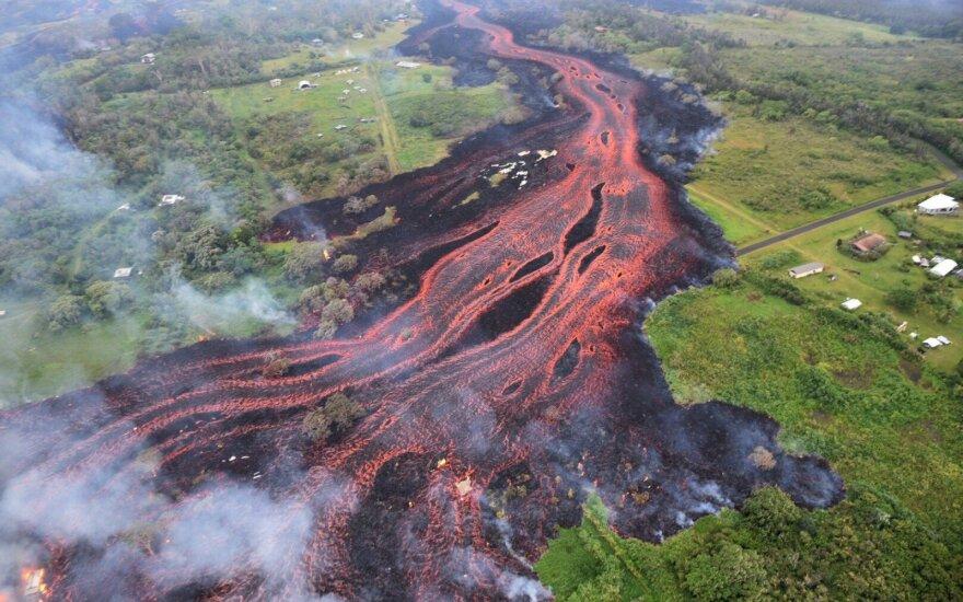Besiveržiančio ugnikalnio lava pasiekė vandenyną: gyventojams gresia naujas pavojus