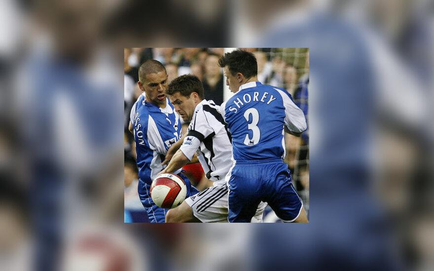 """Michaelis Owenas (""""Newcastle"""") veržiasi pro """"Reading"""" futbolininkus"""