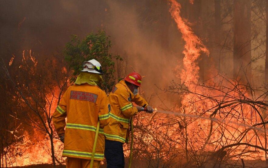 Australijoje siaučiant gaisrams žuvo trys žmonės, sunaikinta daugiau kaip 150 namų