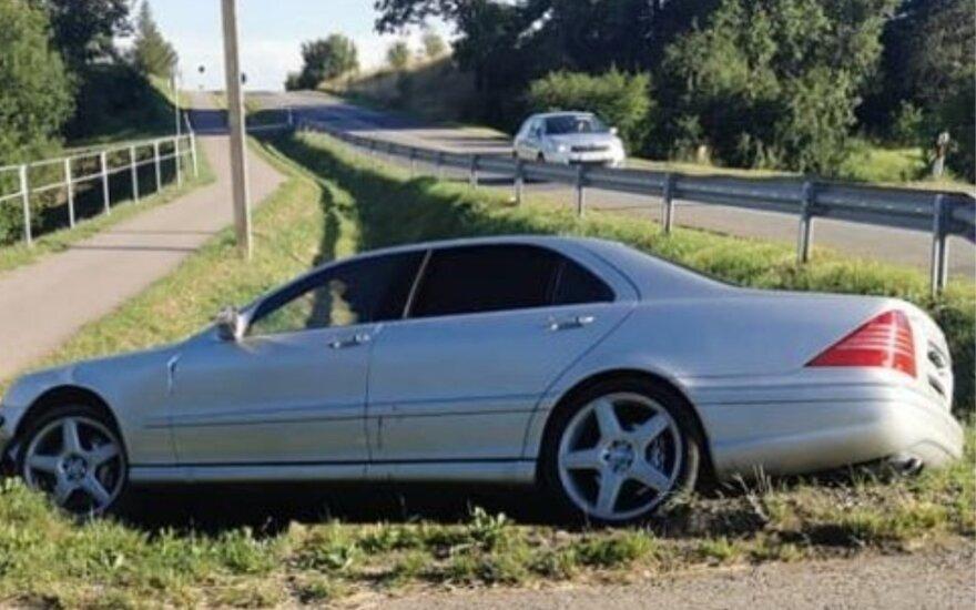 Vairuotojas skaudžiai pamokė bendrovę, į kurios aikštelę po avarijos policija uždarė automobilį