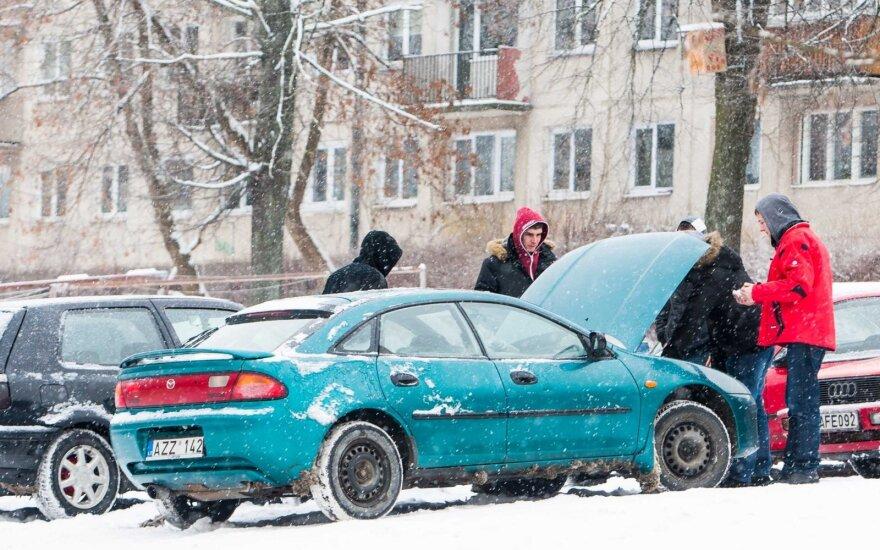 Vairuotojų klaidos: siekdami sutaupyti gaišta laiką prie neužsivedančių automobilių