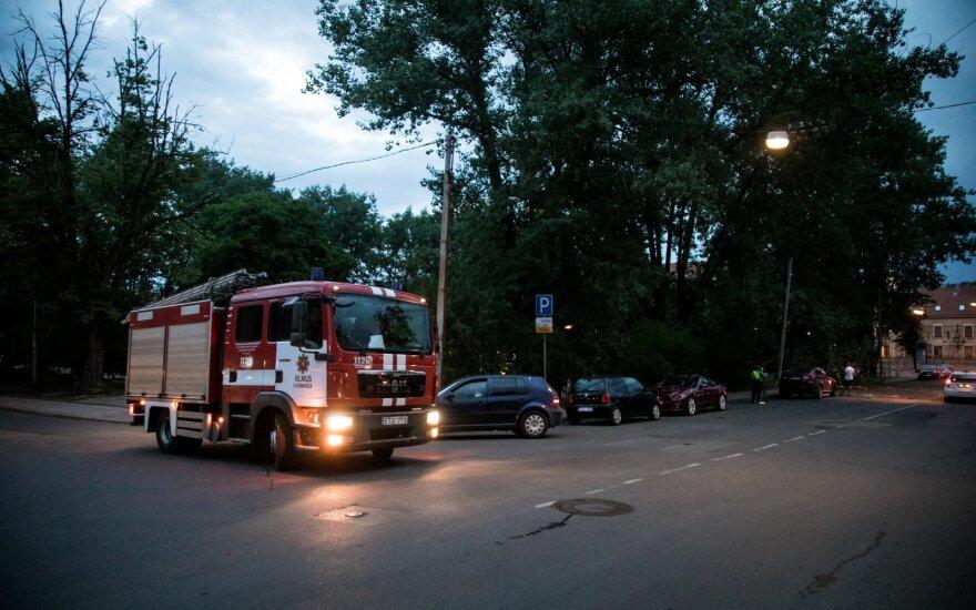 Šalyje siautęs stiprus vėjas dešimtis tūkstančių gyventojų paliko be elektros, ugniagesiai šalino nuvirtusius medžius