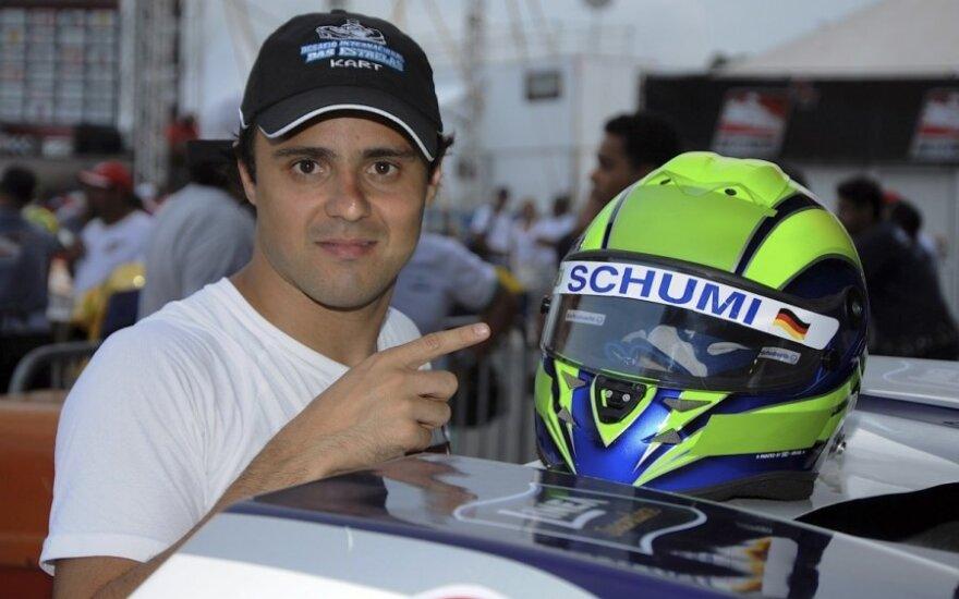 Felipe Massa pagerbė Michaelį Schumacherį užrašu ant šalmo