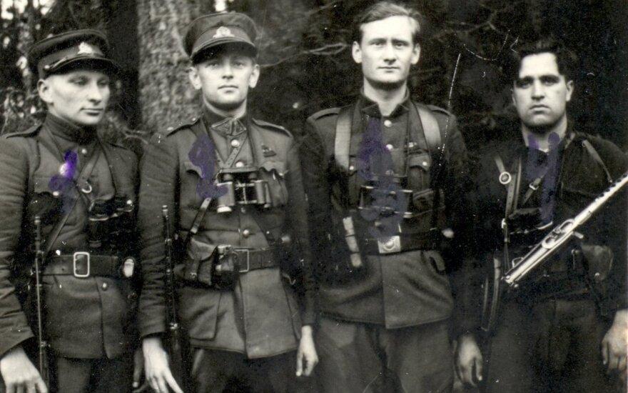 Dainavos apygardos partizanų vadovybė su Kazimieraičio rinktinės partizanais. 1948 m.  Iš kairės stovi: Kazimieraičio rinktinės Vanago grupės būrio vadas Pranas Ivanauskas-Bevardis, apygardos vadas Adolfas Ramanauskas-Vanagas, apygardos štabo pareigūnas L