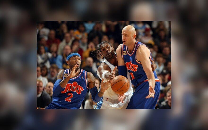 """Žydrūnas Ilgauskas ir Mo Williamsas (""""Cavaliers"""") kovoja su  Nene (""""Nuggets"""")"""