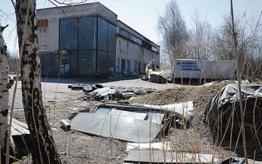 Buvusi radijo stotis Kretingoje kenčia nuo girtuoklių šėlionių