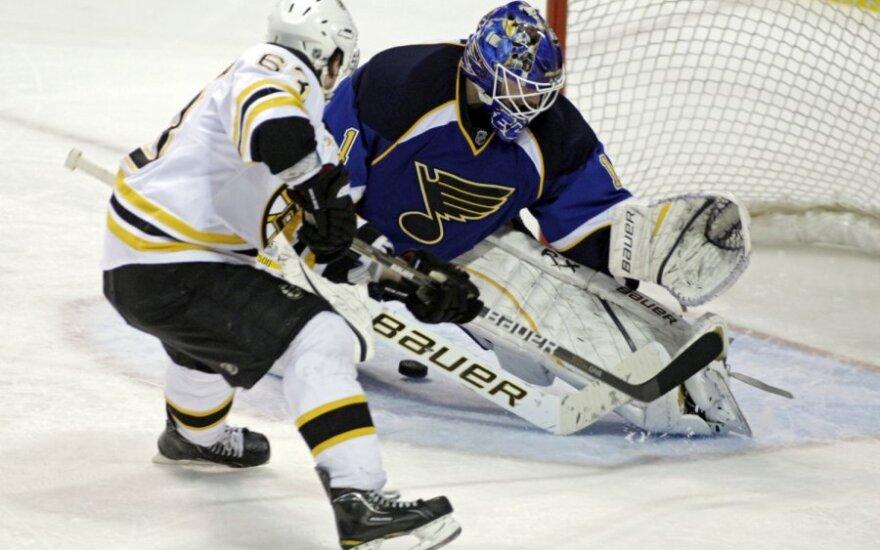 """Bradas Marchandas (""""Bruins"""") atakuoja  Briano Elliotto (""""Blues"""") ginamus vartus"""