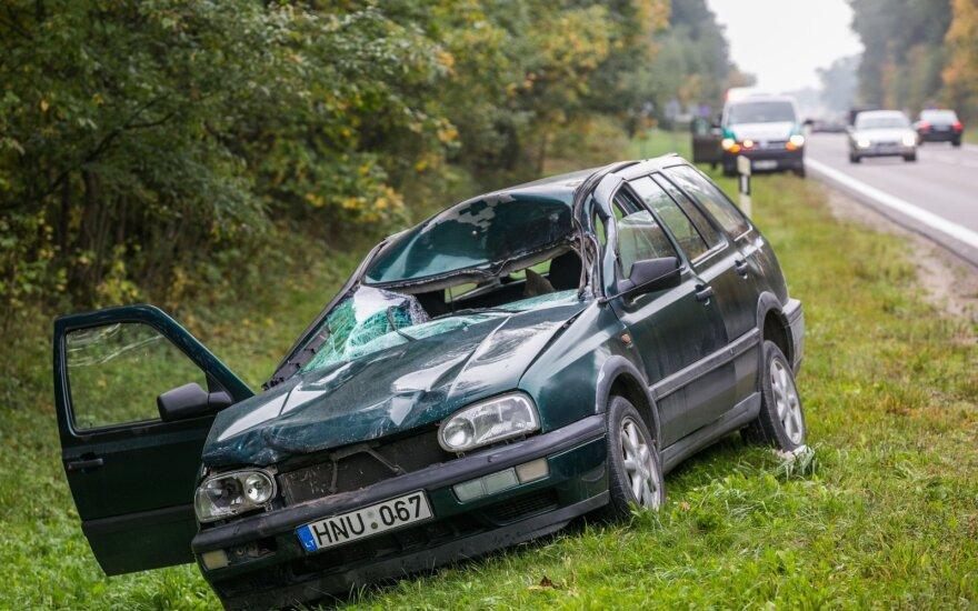 """Prie Vilniaus per susidūrimą su briedžiu sumaitotas """"VW Golf"""", nukentėjo vairuotojas"""