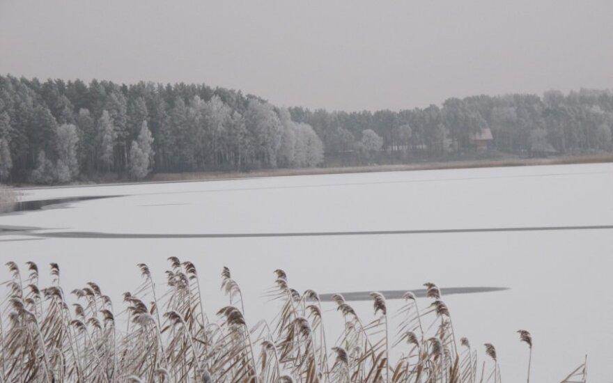 Užšalęs Bebrusų ežeras Molėtų rajone