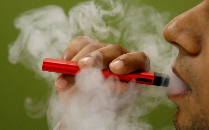 JAV rūkalius ragina mesti elektronines cigaretes, Europa – pernelyg nesijaudina