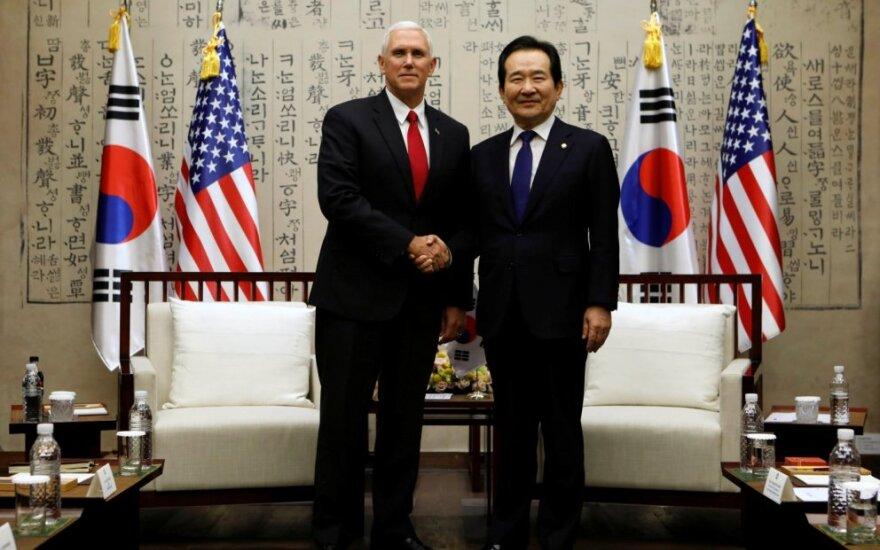 Mike'as Pence'as ir Chung Sye-kyunas