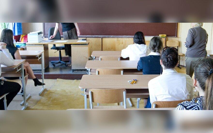 """Dėl """"popierinių"""" chemijos, fizikos ir biologijos egzaminų nukenčia vaikų ugdymas mokyklose"""