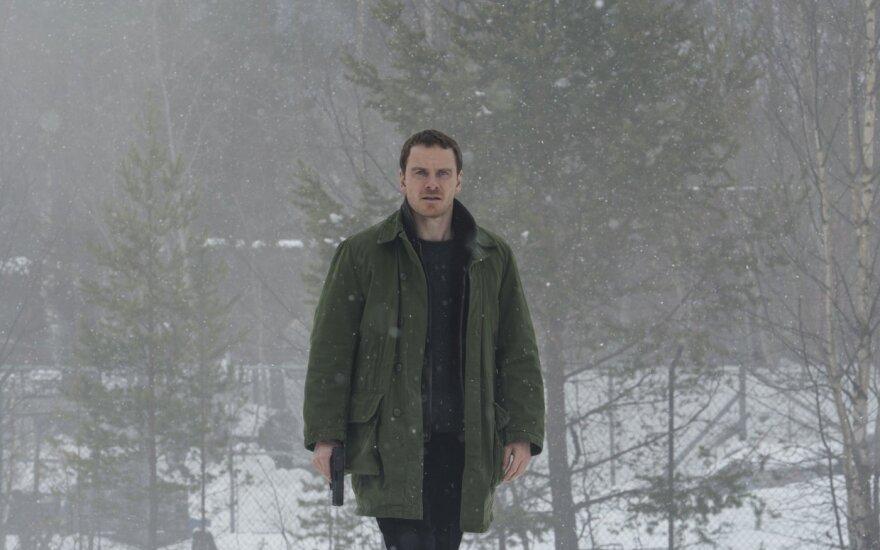 """Michaelas Fassbenderis, kadras iš filmo """"Sniego senis"""""""