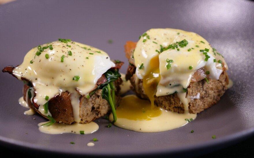 Virtuvės šefo receptai: populiarieji Benedikto kiaušiniai ir sultinga vištienos krūtinėlė