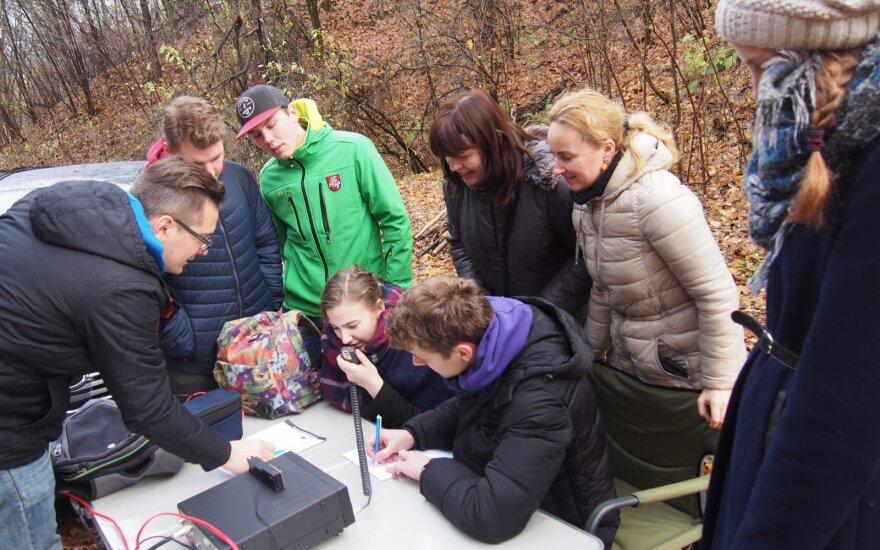 Mokiniai atlieka radijo bandymus
