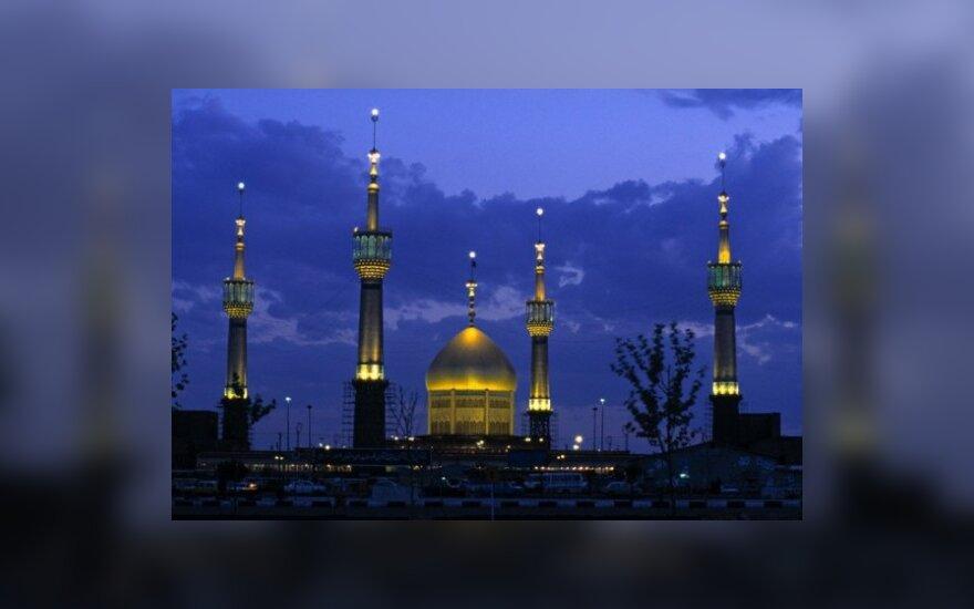 Kaip lietuviai Irane virto milijonieriais, mokėsi vaikščioti per gatvę ir leido moteris į vyrų salę mečetėje