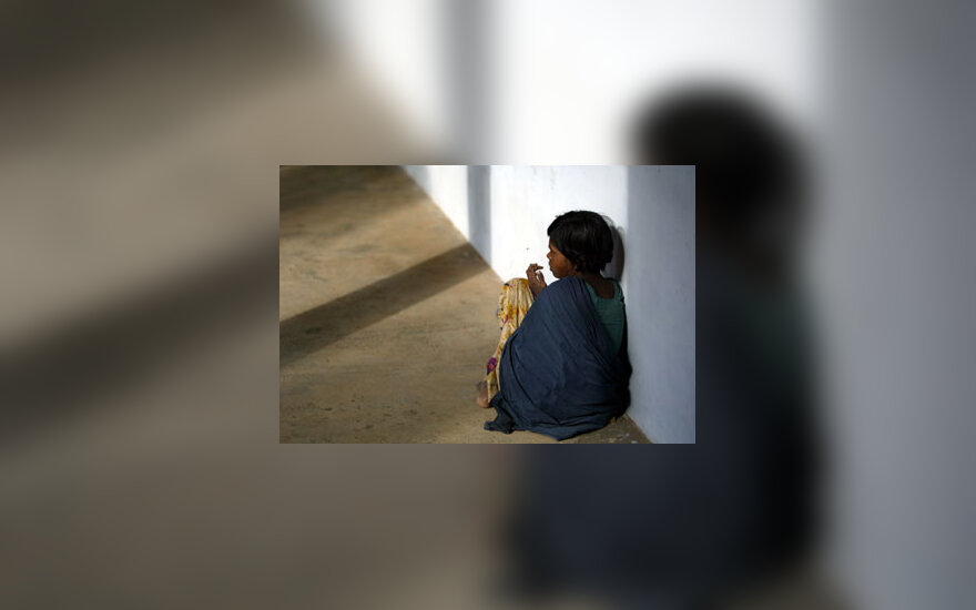 Cunamio auka tapęs berniukas Indijoje tupi ant prieglaudos grindų.