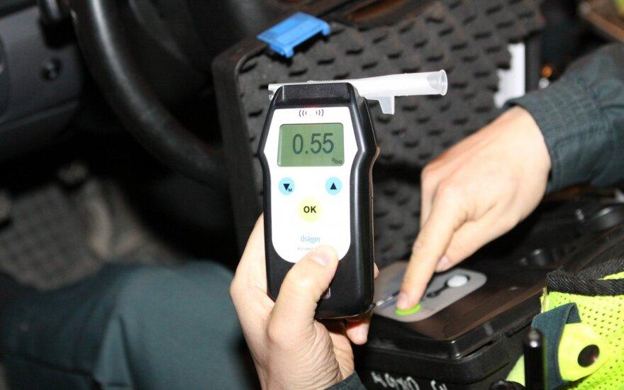 Seimas siūlys bausti ne tik neblaivius vairuotojus, bet ir jų keleivius
