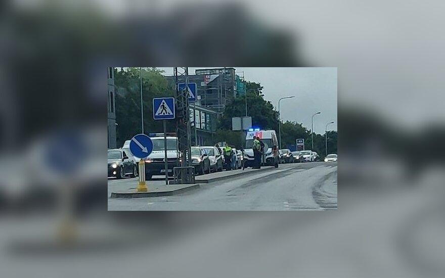 Vilniuje susidūrė trys automobiliai, nukentėjo vairuotojas