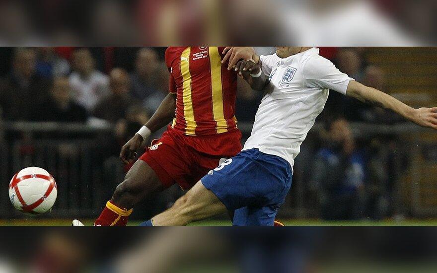 Jackas Wilshere'as (Anglija, dešinėje) kovoja su  Emmanueliu Agyemang-Badu (Gana)