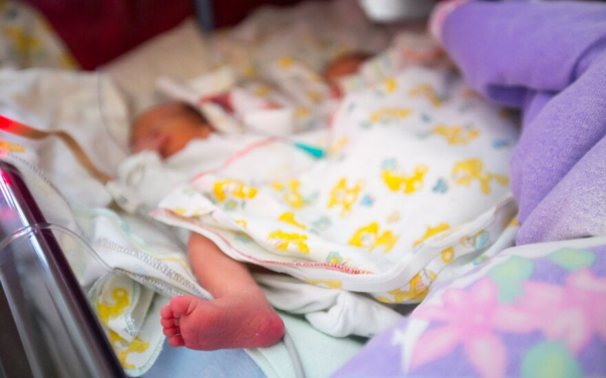 Šįmet gimusio kūdikio mama: tėvas šlaunikaulį sulaužė keisdamas sauskelnes
