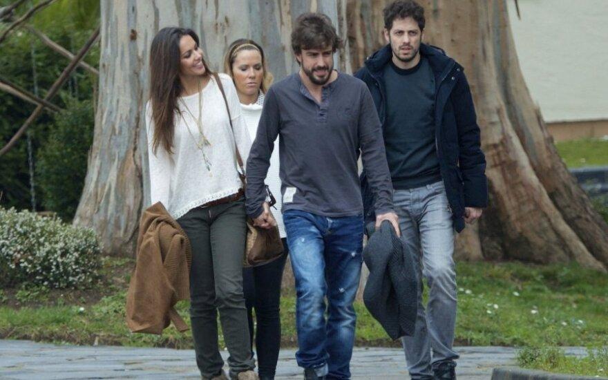 Fernando Alonso ir Lara Alvarez su draugų pora
