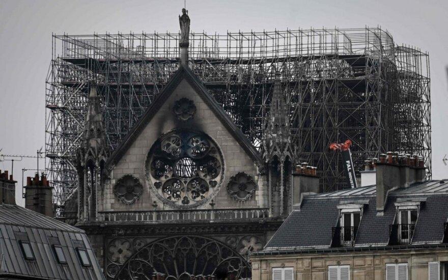 Paryžiuje pradėta nuo švino valyti per katedros gaisrą užteršta teritorija