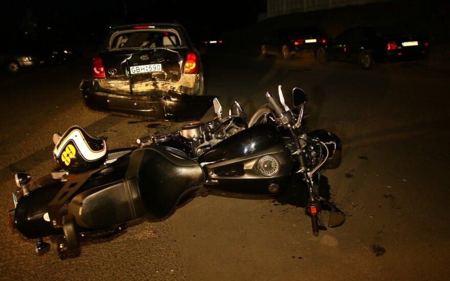 Vėlų vakarą sostinėje, prie policijos būstinės, į stovintį pareigūno automobilį rėžėsi motociklas