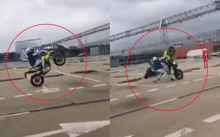 """""""Akropolio"""" aikštelėje jaunuoliai su motociklais prisižaidė: elgesys sudomins ir policiją"""