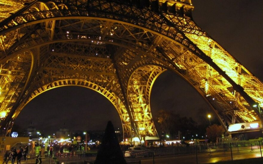 Daring tourists 'step into the void' at Eiffel Tower