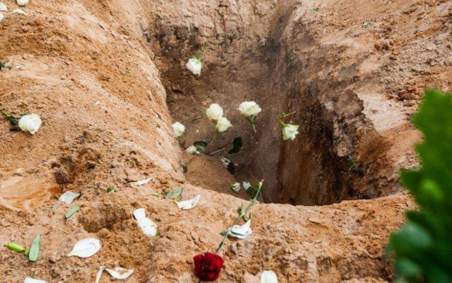 Už ėjimą į nusižudžiusios abiturientės laidotuves grasino pravaikštomis