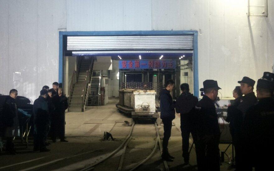 Kinijoje bandoma išgelbėti kasykloje po griūties įstrigusių 18 darbininkų