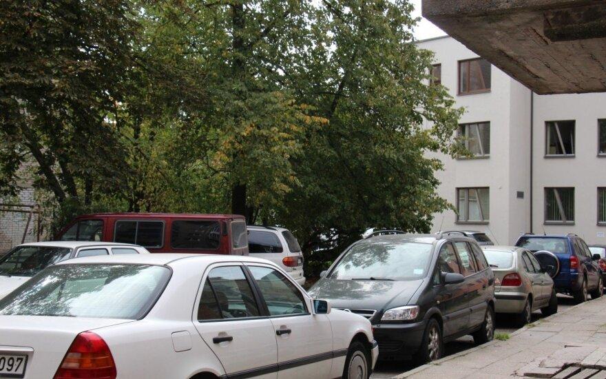 Daugiabučių kiemuose – kova dėl vietos automobiliui ir žalų gausa