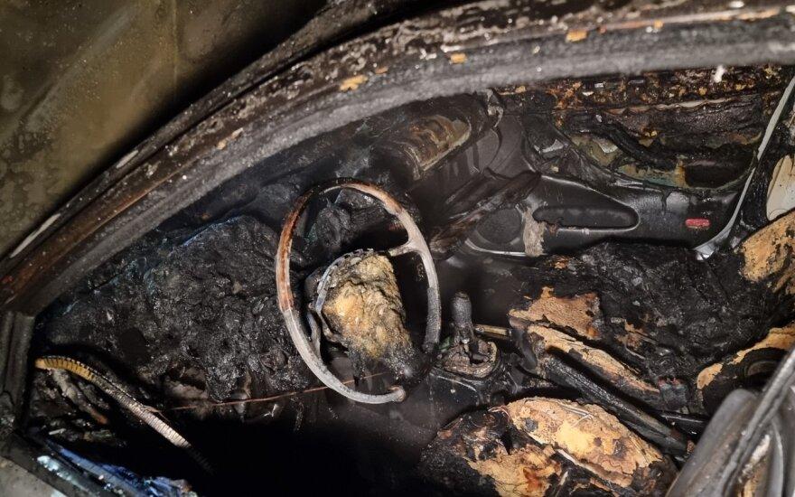 Kauno policija aiškinasi, kas naktį sudegino automobilius