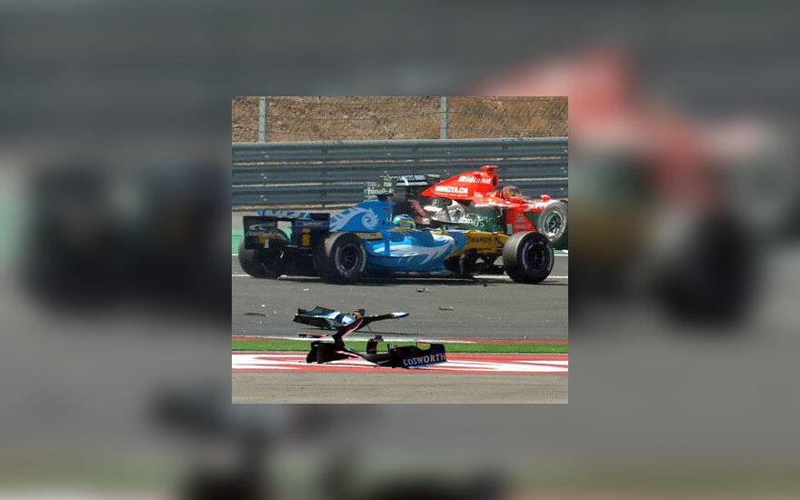 "Giancarlo Fisichella (""Renault"") ir Tiago Monteiro (""MF1 Racing"") avarija"