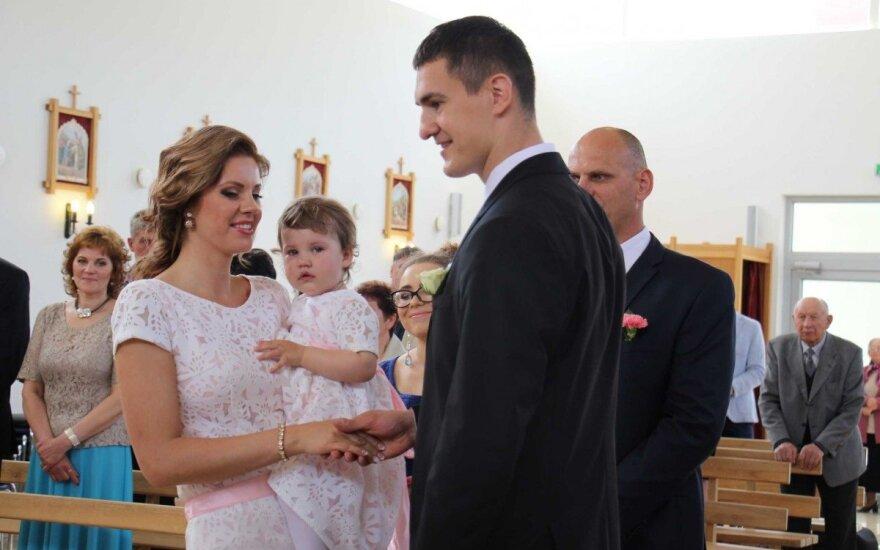Krepšininko S. Galdiko vestuves trikdė jo dukrelės verksmas