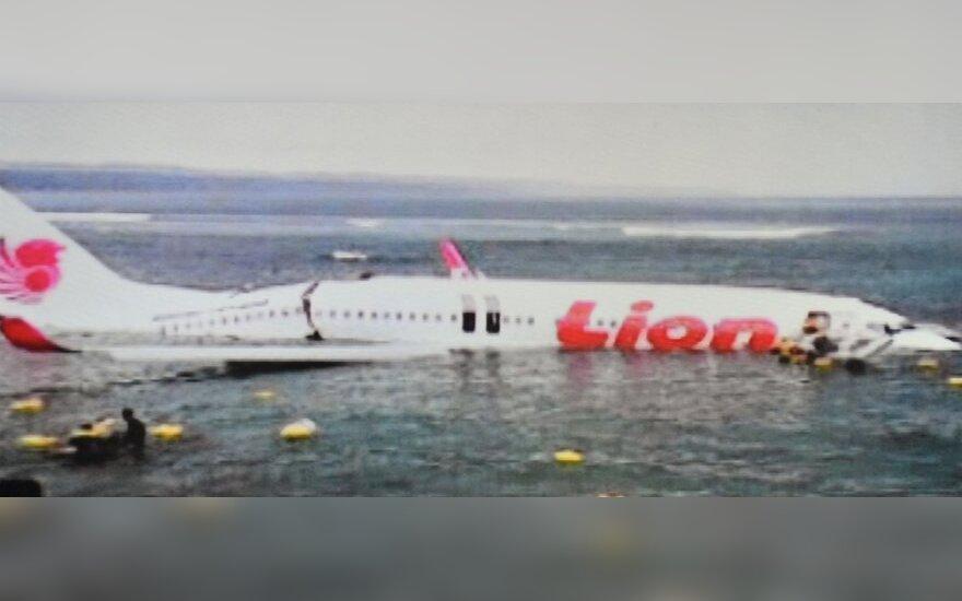 """Balyje tūpdamas """"Boeing 737"""" su daugiau kaip 100 keleivių nuslydo nuo tako į jūrą"""