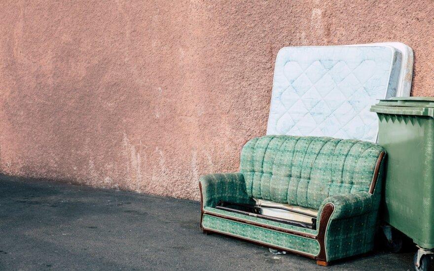 Išmesta sena sofa