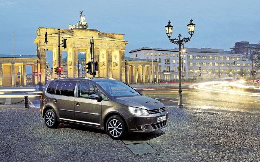 """""""Touran"""" Berlyne prie Brandenburgo vartų. Nuotrauką padarėme prieš pat testo pabaigą"""