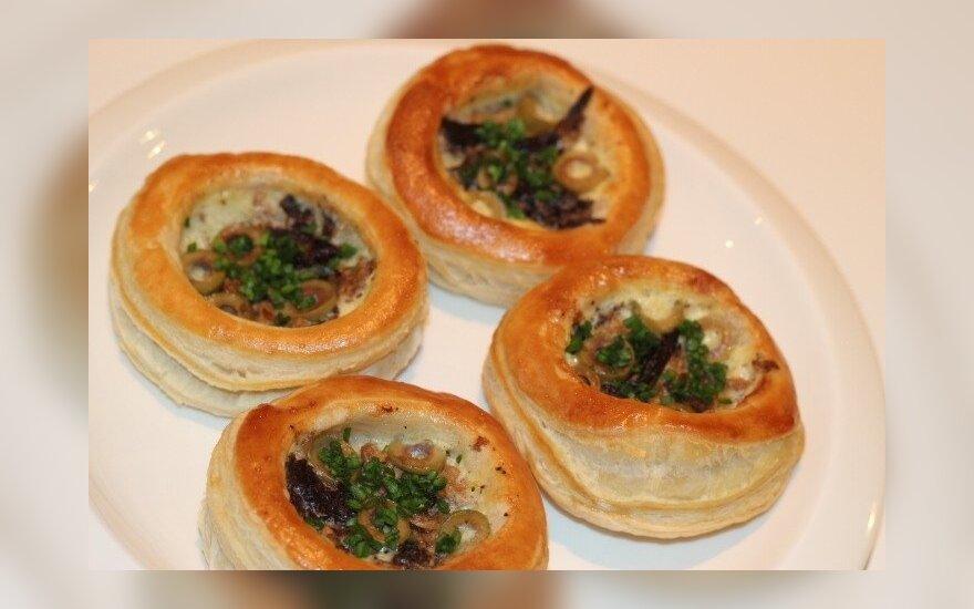 Sluoksniuotos tešlos pyragėliai su Džiugo sūriu, tunu ir alyvuogėmis