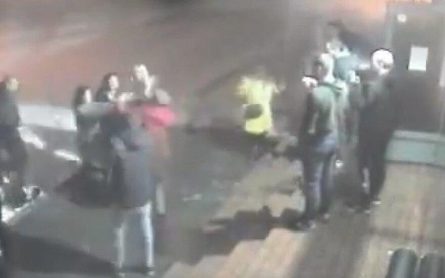 Prie naktinio baro Alytuje susimušė moterys, policija ieško liudininkų