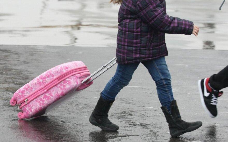 Dėl vaiko pinigų stipendijos netekusiai merginai savivaldybėje pasiūlė užsidirbti užsienyje