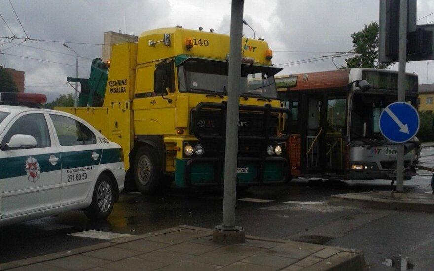 Šviesoforo reguliuojamoje sankryžoje - nesmagi autobuso avarija