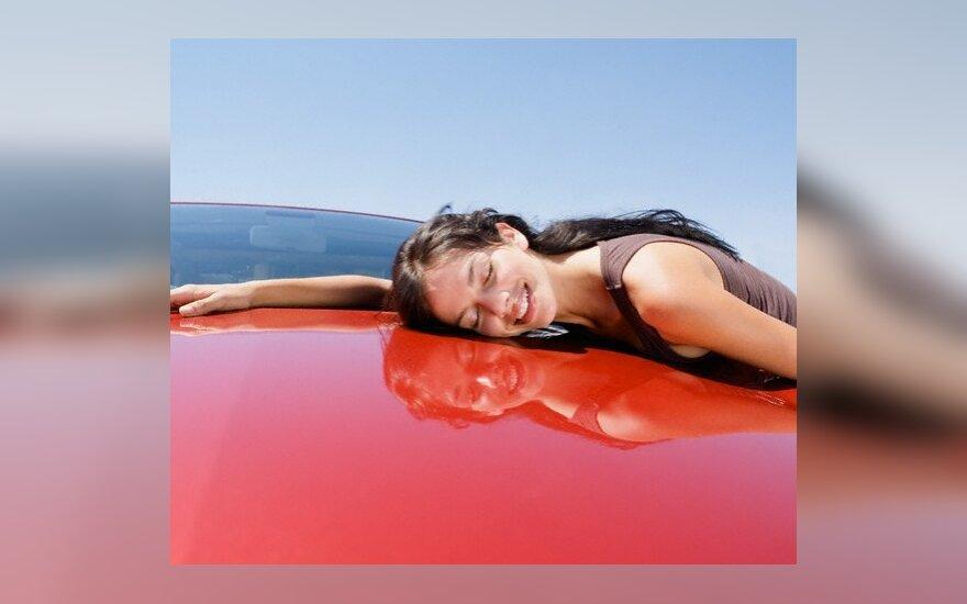 5 proc. moterų automobilį myli labiau nei vyrą