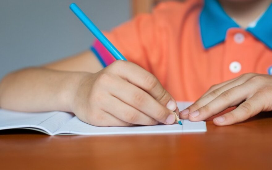 Atsakas paauglei: moksleiviai patys perka žinias
