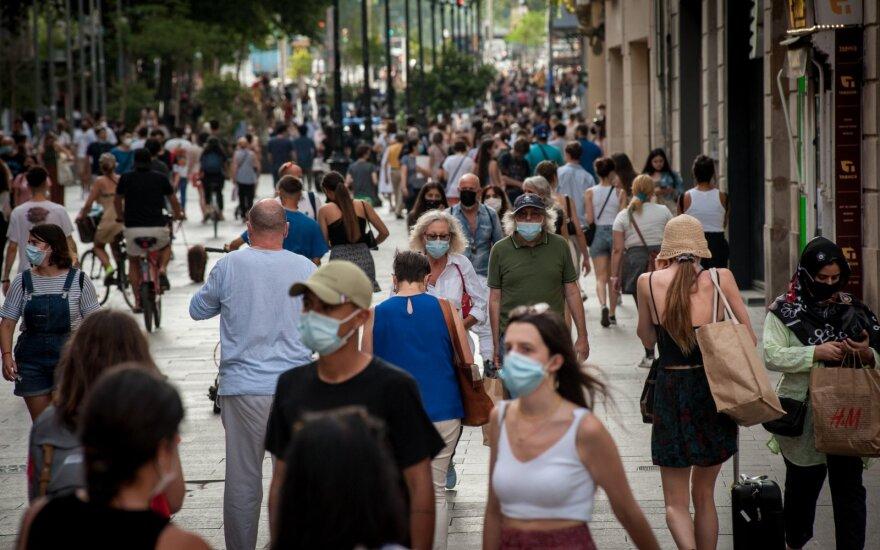 Prognozuoja, kaip atrodys artimiausias pusmetis su COVID-19: ši pandemija gali būti viena sunkiausių