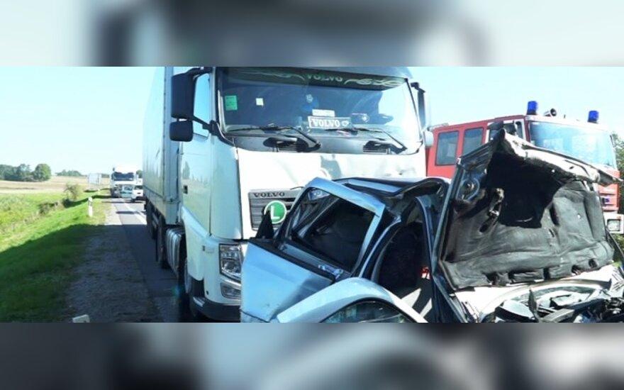 Pasienyje su Lenkija vilkikas sutraiškė Belgijoje gyvenančių lietuvių automobilį