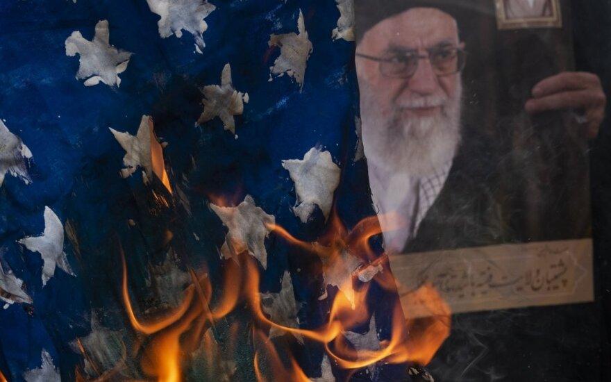 Deginama JAV vėliava Irane