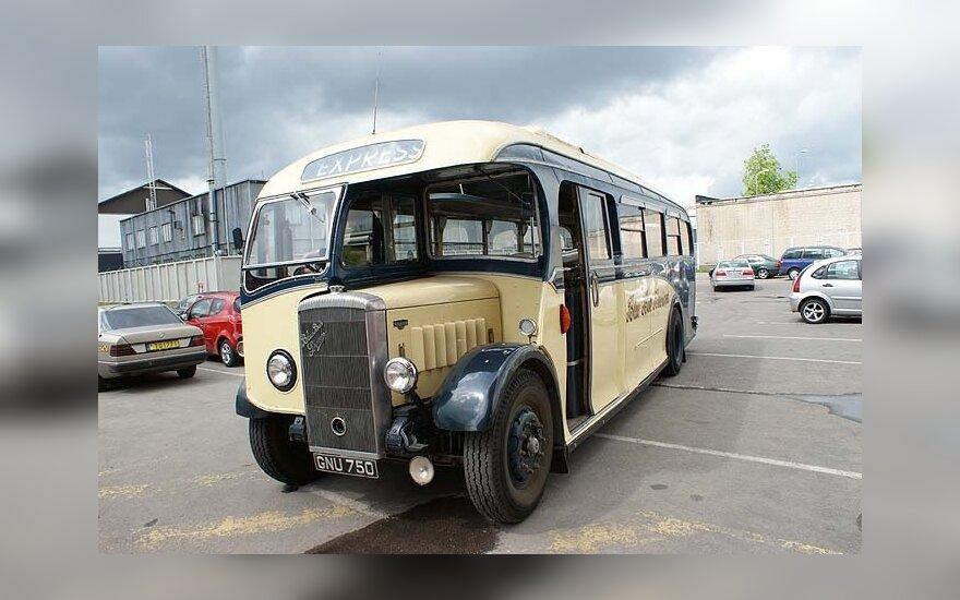 Senovinių automobilių parade – unikalus angliškas autobusas